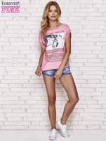 Różowy t-shirt z napisem EVERYTHING ABOUT US i siateczkowym tyłem                                  zdj.                                  2