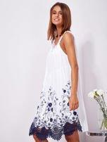 Biała sukienka midi z haftowanym wzorem                                  zdj.                                  6