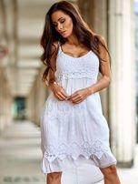 Biała sukienka z ozdobnym kwiatowym haftem                                  zdj.                                  1