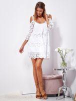 Biała trapezowa sukienka koronkowa mini                                  zdj.                                  4