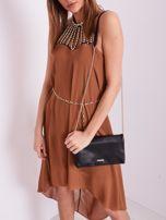 SCANDEZZA Brązowa sukienka z aplikacją                                  zdj.                                  1