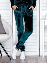 Spodnie dresowe aksamitne z jasnymi lampasami ciemnozielone                                  zdj.                                  1