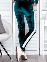 Spodnie dresowe aksamitne z jasnymi lampasami ciemnozielone                                  zdj.                                  2