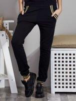 Spodnie dresowe czarne z błyszczącymi lampasami                                   zdj.                                  1