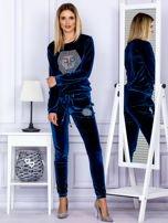 Spodnie dresowe welurowe z błyszczącymi kamyczkami ciemnoturkusowe                                  zdj.                                  4