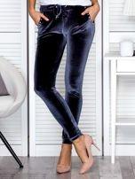 Spodnie dresowe welurowe z diamencikami przy kieszeniach ciemnoszare                                  zdj.                                  1