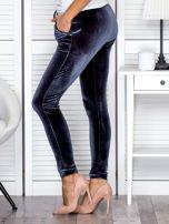 Spodnie dresowe welurowe z diamencikami przy kieszeniach ciemnoszare                                  zdj.                                  3