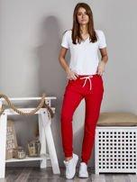 Spodnie dresowe ze ściągaczami i troczkami czerwone                                  zdj.                                  4