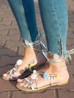 Srebrne sandały z kolorowymi pomponikami wiązane wokół kostki rzemykiem z ozdobnym chwostem                                  zdj.                                  2