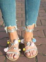 Srebrne sandały z kolorowymi pomponikami wiązane wokół kostki rzemykiem z ozdobnym chwostem                                  zdj.                                  4