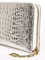 Srebrny portfel kopertówka z motywem skóry krokodyla