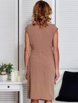 Sukienka ciemnobeżowa z drapowaniem i ozdobnym kwiatem                                  zdj.                                  2