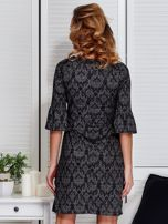 Sukienka ciemnoszara w ornamentowe wzory                                  zdj.                                  2