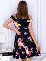 Sukienka czarna w kontrastowe kwiaty                                  zdj.                                  2