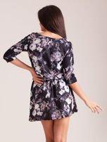 Sukienka czarna w roślinne wzory z marszczeniem w talii                                  zdj.                                  2