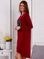 Sukienka damska dzienna z ozdobnymi literami bordowa                                  zdj.                                  3