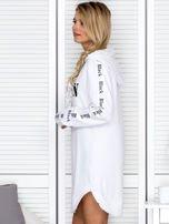 Sukienka dresowa z kapturem i nadrukiem biała                                  zdj.                                  3