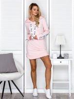 Sukienka dresowa z kapturem i nadrukiem jasnoróżowa                                  zdj.                                  4