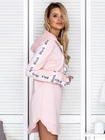 Sukienka dresowa z kapturem i nadrukiem jasnoróżowa                                  zdj.                                  6