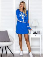Sukienka dresowa z kapturem i nadrukiem niebieska                                  zdj.                                  4