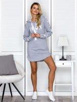 Sukienka dresowa z kapturem i nadrukiem szara                                  zdj.                                  4