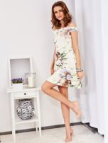 Sukienka ecru odsłaniająca ramiona w malarski deseń                                  zdj.                                  4