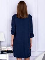 Sukienka granatowa o kroju oversize ze sznurowaniem                                  zdj.                                  2