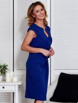 Sukienka kobaltowa z drapowaniem i ozdobnym kwiatem                                  zdj.                                  3