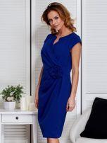Sukienka kobaltowa z drapowaniem i ozdobnym kwiatem                                  zdj.                                  5
