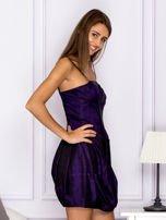 Sukienka koktajlowa gorsetowa z plisami ciemnofioletowa                                  zdj.                                  3
