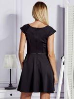 Sukienka koktajlowa z błyszczącym paskiem czarna                                  zdj.                                  2