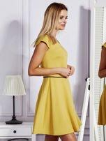 Sukienka koktajlowa z błyszczącym paskiem żółta                                  zdj.                                  3
