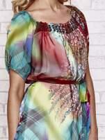 Sukienka mgiełka w kolorowe wzory z paskiem i aplikacją                                                                          zdj.                                                                         5