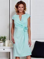 Sukienka miętowa z drapowaniem i ozdobnym kwiatem PLUS SIZE                                  zdj.                                  1