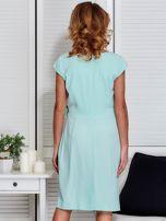 Sukienka miętowa z drapowaniem i ozdobnym kwiatem                                  zdj.                                  2