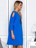 Sukienka oversize z wycięciami na rękawach i perełkami niebieska                                  zdj.                                  5