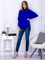 Sweter kobaltowy z dłuższym włosem                                  zdj.                                  4