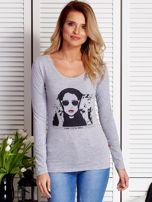 Szara bluzka damska z dziewczęcym fotoprintem                                  zdj.                                  1