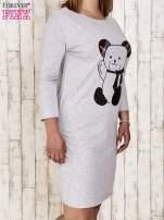 Szara sukienka dresowa z misiem PLUS SIZE                                  zdj.                                  3