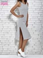Szara sukienka w paski z rozcięciami                                   zdj.                                  4