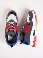 Szare buty sportowe z kolorowymi sznurówkami i czerwoną wstawka na podeszwie                                  zdj.                                  1