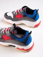 Szare buty sportowe z kolorowymi sznurówkami i czerwoną wstawka na podeszwie                                  zdj.                                  3