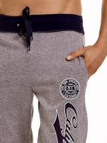 Szare dresowe spodnie męskie z napisem CALIFORNIA i naszywką                                  zdj.                                  5