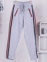 Szare spodnie dresowe dla dziewczynki z taśmą tricolor                                  zdj.                                  1