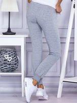 Szare spodnie dresowe z kieszonką z przodu                                  zdj.                                  2