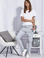 Szare spodnie dresowe z kolorowymi lampasami                                  zdj.                                  4