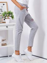 Szare spodnie dresowe z naszywkami                                  zdj.                                  5