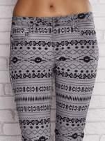Szare spodnie w azteckie wzory