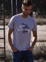 Szary t-shirt męski z marynarskim motywem i napisem SAILING