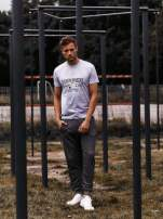 Szary t-shirt męski z napisami i kotwicą                                  zdj.                                  7